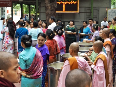 Maha Gandayon Monastery lunch ceremony