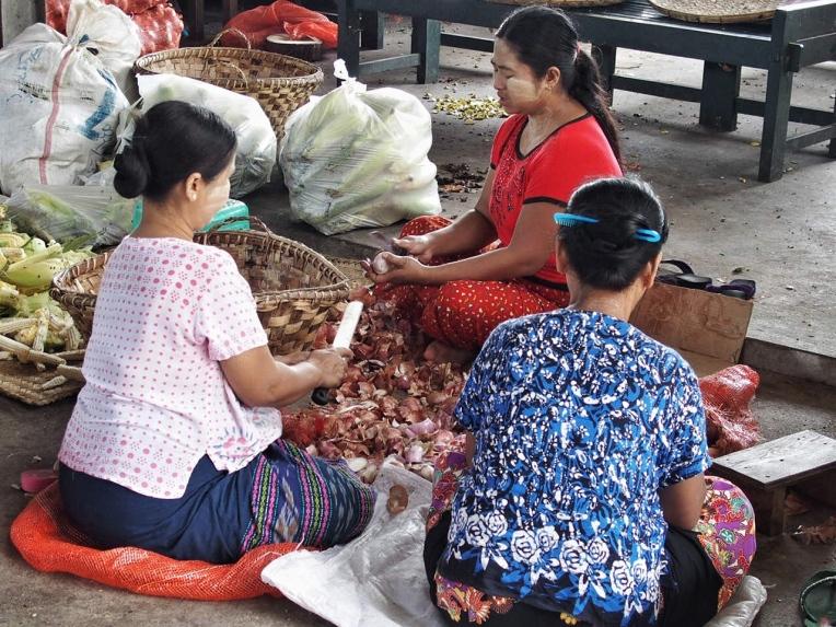 Maha Gandayon Monastery food prep